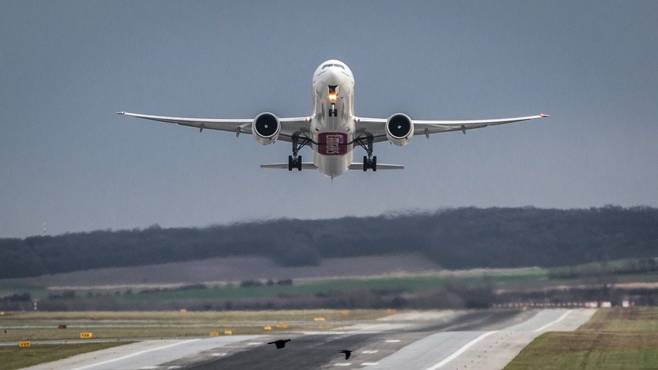 airplane-taking-off-sundance-vacations-hidden-city-ticketing